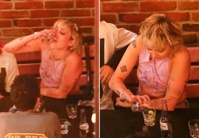 Paparazzi cũng bắt gặp Miley uống rượu trong buổi tối đi chơi với Yungblud. Hồi tháng một, Miley tiết lộ trên tạp chí Billboard rằng cô đã cai rượu sau khi bị tái nghiện vào năm ngoái vì ở nhà suốt ngày tránh dịch. Giữa tuổi 26, tôi bắt đầu tỉnh táo. Đến tuổi 27, khoảng tháng 11/2019, tôi đã cai nghiện hoàn toàn. Rồi cũng giống như nhiều người khác giữa đại dịch Covid-19, tôi tái nghiện. Đó thực sự là một cuộc vật lộn. Cộng thêm vấn đề sức khỏe tâm thần và chứng hay lo lắng, tôi đã đánh mất mình trong khoảng thời gian đó, nữ ca sĩ thú nhận.