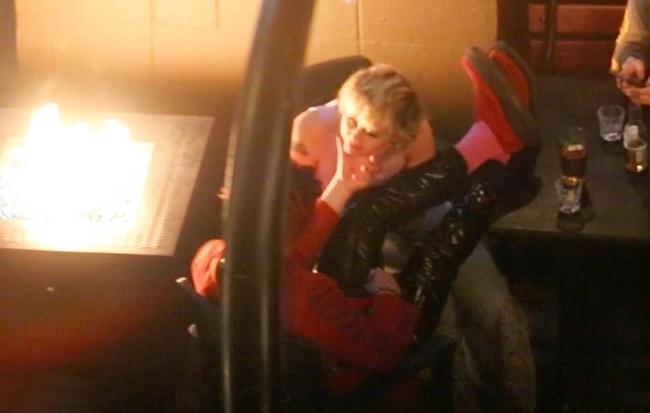 Khi những người bạn rời đi, Yungblud gác chân lên đùi Miley và tâm tình với cô.