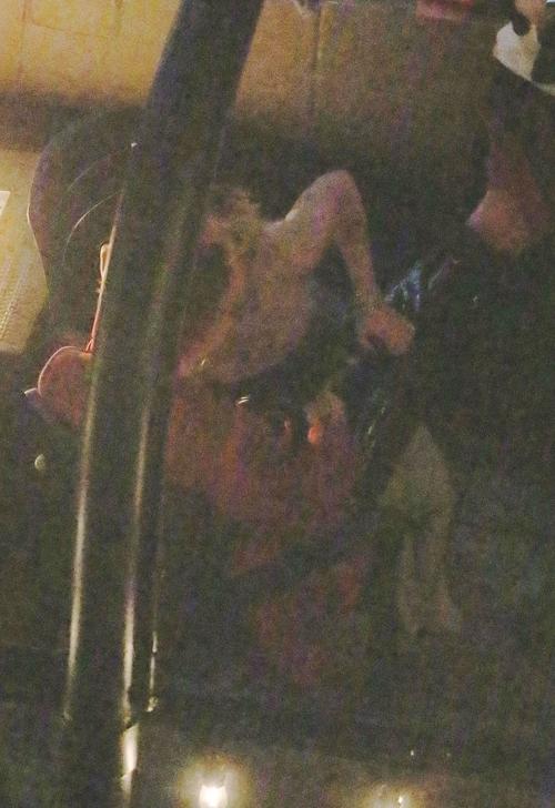 Miley và Yungblud không e ngại hôn nhau trong góc quán bar.