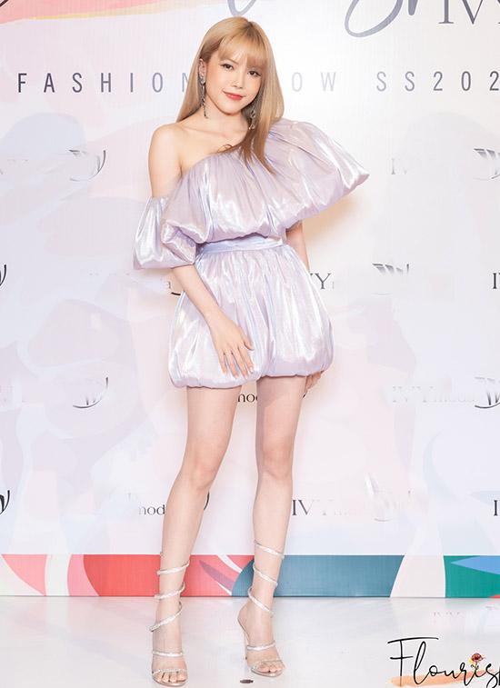Thiều Bảo Trâm khoe vai trần, chân thon với thiết kế lệch vai màu tím nhạt khi dự đêm thời trang Flourish 18 tổ chức ở toà nhà cao nhất Việt Nam.