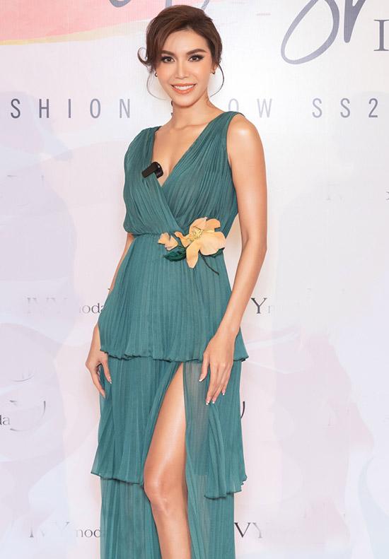 Siêu mẫu Minh Tú quyến rũ với váy xanh xẻ vạt may bằng chất liệu vải dập ly.