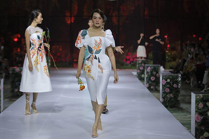 Dàn chân dài giới thiệu sưu tập Xuân Hè kiểu dáng thanh lịch, hoạ tiết ấn tượng của một thương hiệu thời trang nổi tiếng.