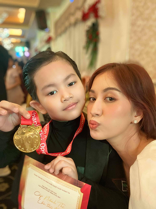 Kubi - con trai Khánh Thi đạt huy chương vàng trong một cuộc thi nhảy.