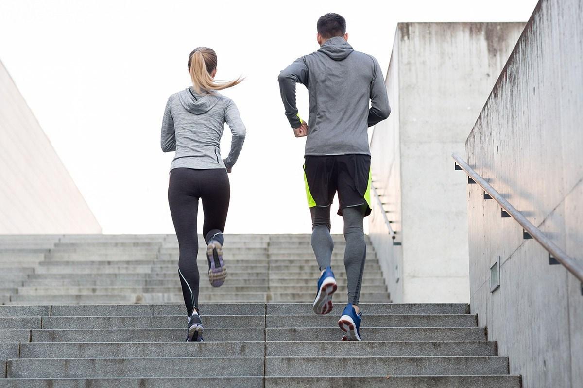 Trong bối cảnh tiếp cận các phòng tập thể dục vẫn còn hạn chế, cầu thang không chỉ dùng di chuyển mà còn trở thành nơi tập luyện hiệu quả.