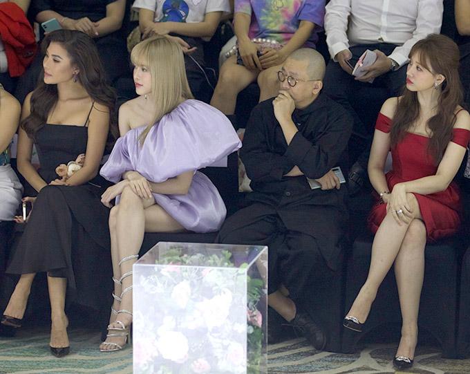 Thuý Diễm và Thiều Bảo Trang cùng các nghệ sĩ chăm chú theo dõi màn trình diễn của các người mẫu trên sàn runway.