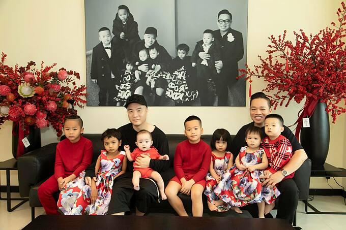 Đỗ Mạnh Cường và CEO Huy Cận bên 7 người con nuôi.