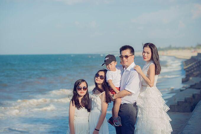 Mỹ Lệ bên chồng và ba con trong ảnh chụp năm 2019.