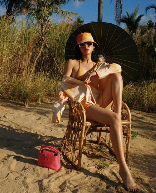 Đồ bơi, áo sơ mi dáng rộng và những mẫu túi hiệu xinh xắn, gam màu bắt mắt được Khánh Linh phối hợp ăn ý.