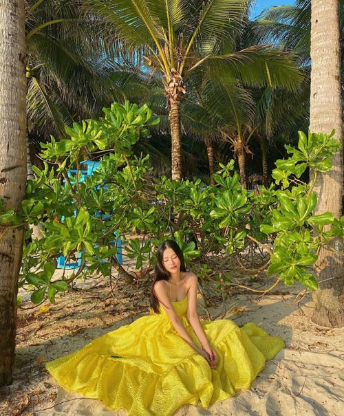 Khi nghỉ dưỡng ở những bờ biển đẹp, các nàng mê chụp ảnh so deep nên chọn thêm các kiểu đầm hai dây, váy dáng dài, gam màu tươi sáng như của Phương Khánh.