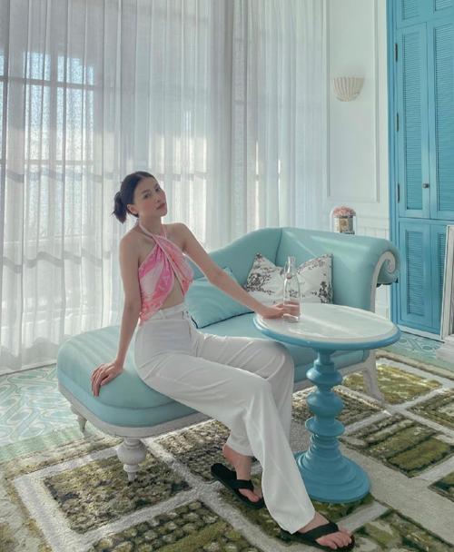 áo cổ yếm, áo lụa, áo khăn quấn kết hợp cùng quần suông ống rộng như của Phương Khánh là combo được ưa chuộng ở đầu mùa hè 2021.