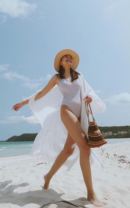 Bikini là trang phục không thể thiếu khi đi chơi biển. Để chụp ảnh ấn tượng như Thanh Hằng, hội chị em mê du lịch nên chọn thêm áo choàng bay bổng, phụ kiện mũ nan, túi đan kết thủ công để mix đồ.