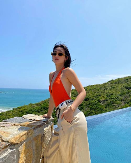 Cách phối đồ của Khánh Linh dành cho các tín đồ hàng hiệu và muốn thể hiện sự sang chảnh - sành điệu khi đi du lịch.