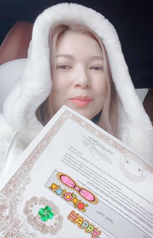 Phạm Thanh Thảo khoe giấy tờ căn nhà mới tậu.