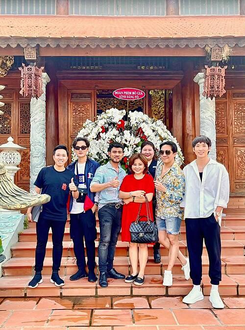 Trấn Thành cùng dàn sao phim Bố Già đi tạ ơn Tổ nghiệp sau thành công kỷ lục của bộ phim.