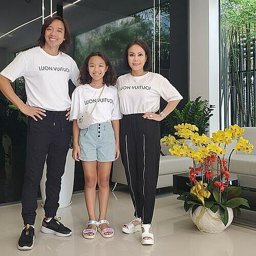 Vợ chồng Việt Hương cùng con gái lên đồ đi chơi. Gia đình cô hiện định cư tại Việt Nam.