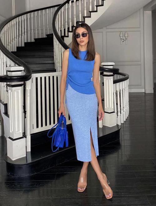 Set đồ của Tăng Thanh Hà dễ áp dụng cho các bạn gái công sở. Áo sát nách, trang trí dây rút điệu đà được mix cùng chân váy bút chì. Người đẹp chọn thêm sandal nhựa trong để phối đồ hợp không khí ngày nắng.
