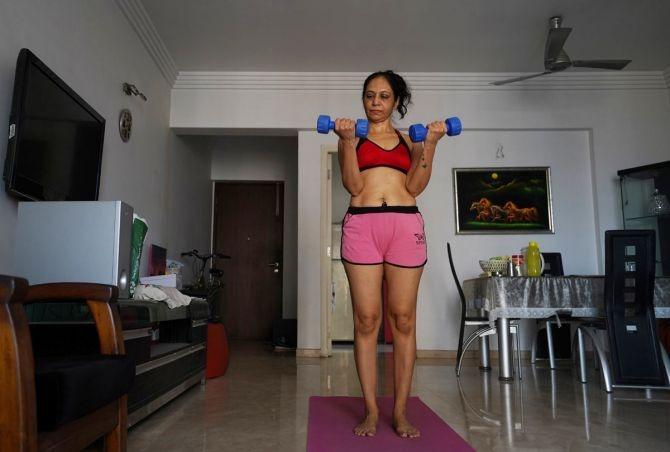 Ở tuổi ngoại ngũ tuần, Geeta J có sỏ thích đi bộ, tập luyện nhẹ nhàng để rèn luyện sức khỏe, cải thiện vóc dáng.