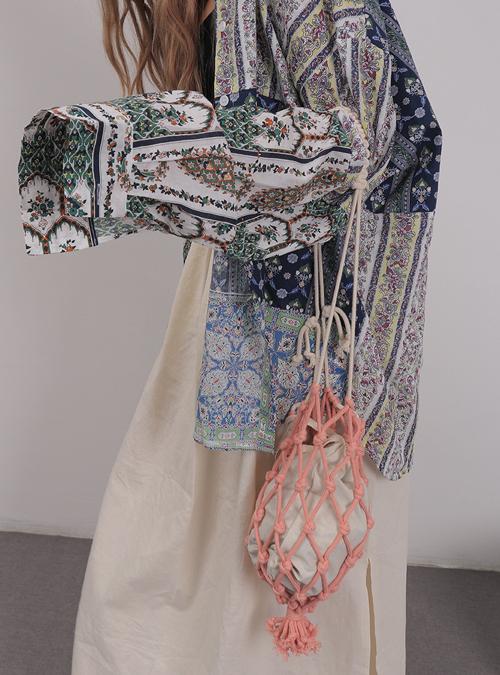 Song song với các mẫu túi vải thông dụng, những cô nàng thích sự độc đáo còn chọn túi thắt nút để làm mới phong cách cá nhân. Đây là dòng phụ kiện được dự đoán sẽ gây sốt ở mùa hè 2021.