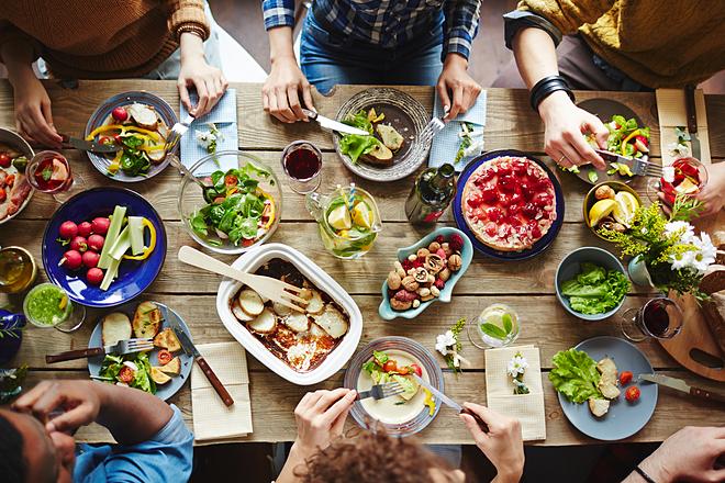 Bữa trưa là thời điểm để bạn giao lưu với đồng nghiệp.