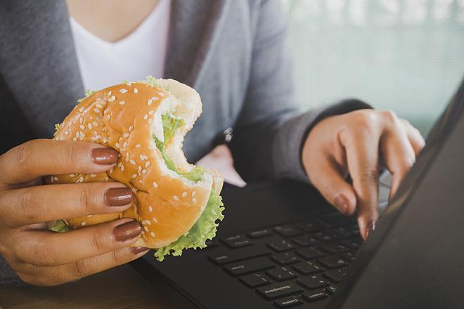 Vừa ăn vừa làm việc gây hại cho sức khỏe và vóc dáng.