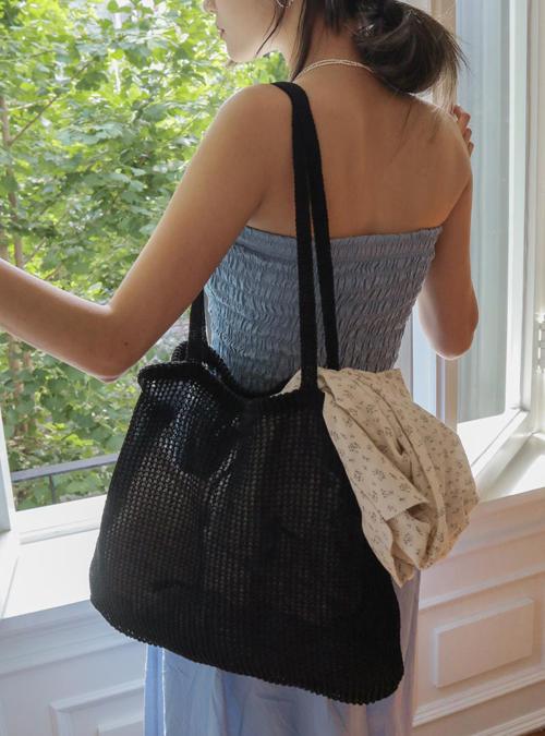 Túi tote phom rộng, đáp ứng nhu cầu mang vác đủ đồ cá nhân khi xuống phố của bạn gái cũng được thể hiện trên nhiều chất liệu mới.