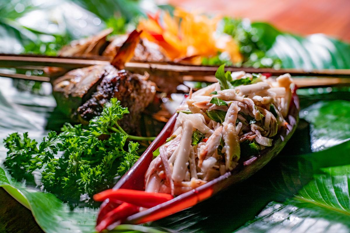 Nộm hoa chuối - một trong những món ăn được nhiều thực khách yêu thích trong các buổi tiệc.