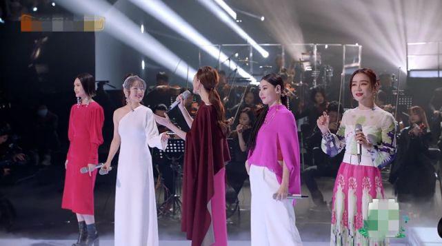 Bá Chi khi đứng giữa các chị em dự show.