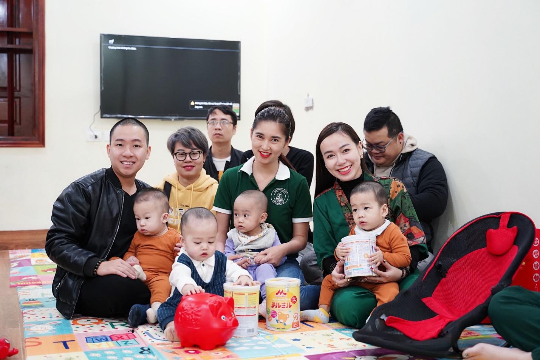 Doanh nhân Hồng Liên (giữa) thăm các em nhỏ được nhận nuôi tại chùa Quang Phúc.
