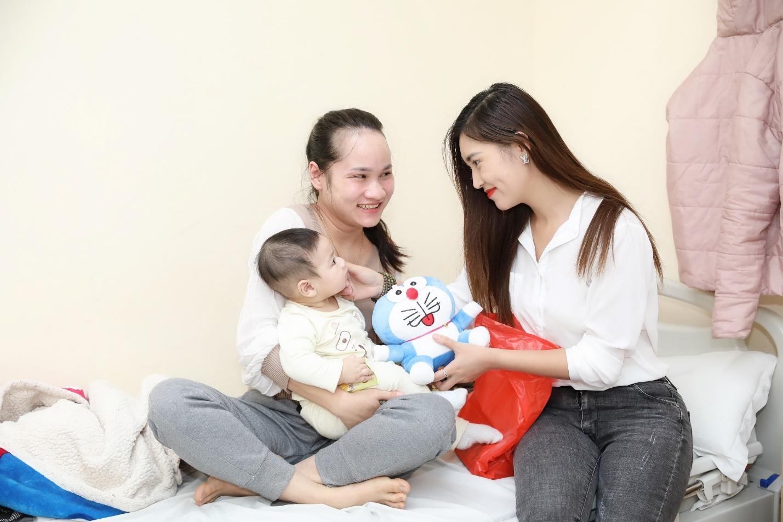 Hồng Liên trao quà cho trẻ em tại bệnh viện