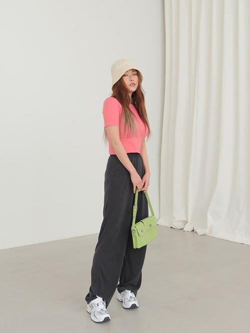 Mũ vải kiểu dáng đơn giản, gọn gàng, màu đơn sắc dễ mix đồ dạo phố, đi du lịch vào mùa nắng.
