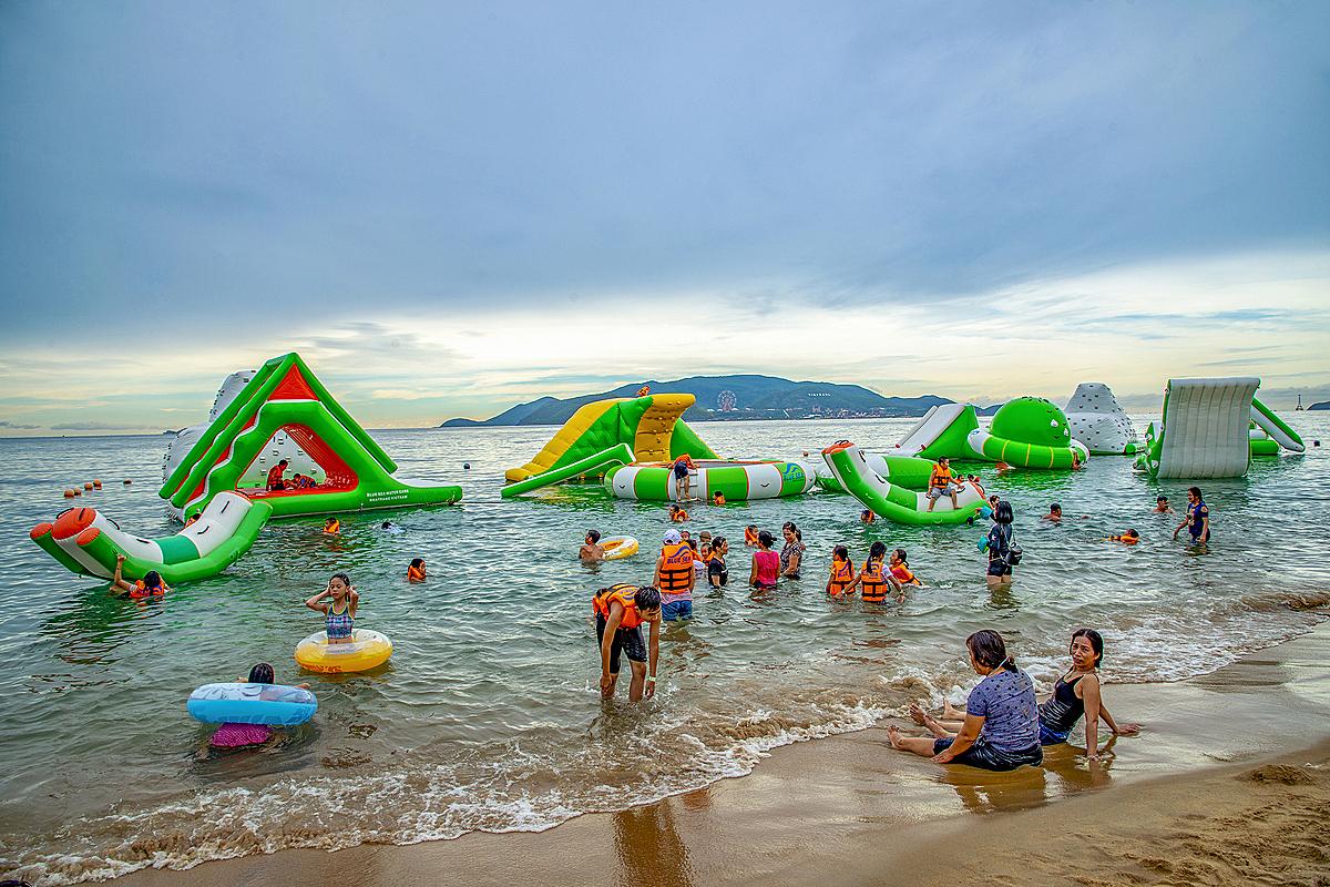 Nha Trang có nhiều bãi biển đẹp thu hút du khách đến tham quan, trải nghiệm.