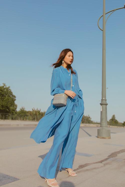 Từ mùa thời trang 2020, tông xanh dương với nhiều sắc độ ngự trị vững trại trong trào lưu ăn mặc thịnh hành. Bước sang mùa mới, tông màu tạo cảm giác dịu mắt này vẫn được Thanh Hằng cùng nhiều sao Việt lăng xê.