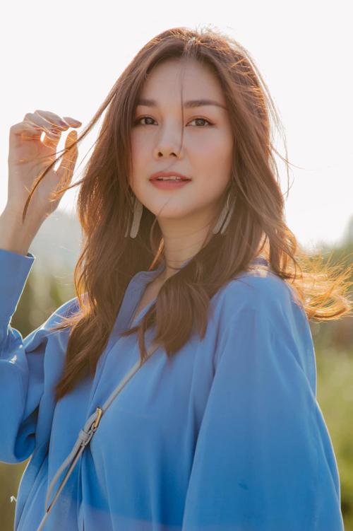 Diện bộ trang phục trên chất liệu mềm - rũ nhẹ, Thanh Hằng khiến các fan điêu đứng bởi sự nhẹ nhàng, làm dịu ngày oi nồng.