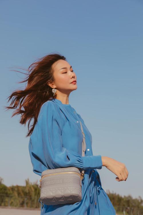 Sơ mi dáng rộng, quần suông mang lại cảm giác thoải mái được siêu mẫu phối cùng túi Dior tông xanh mint nhạt.