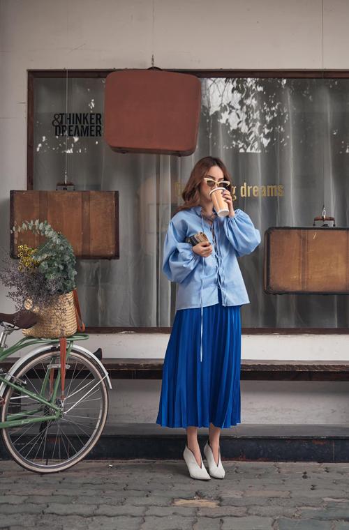 Hai tông màu xanh với sắc độ đậm nhạt tương phản được Yến Trang phối hợp nhịp nhàng. Kiểu áo dây đan và chân váy midi cũng rất dễ áp dụng để phái đẹp xinh xắn hơn khi xuống phố mùa hè.