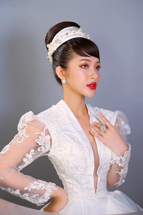 Người mẫu được biến hóa diện mạo với layout makeup thứ hai. Hồ Thiên Tuấn thay đổi cách makeup là nhấn phấn cam nơi đường mắt dưới.