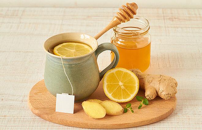 Nước chanh mật ong ấm giúp thanh lọc cơ thể.