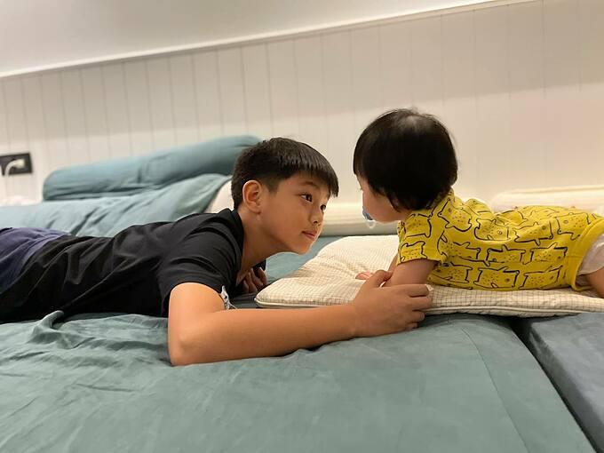 Cường Đôla hạnh phúc khi ngắm nhìn Subeo và con gái Suchin chơi với nhau.