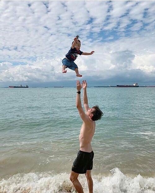 Ông xã MC Hoàng Oanh đùa nghịch với con trai trên biển.