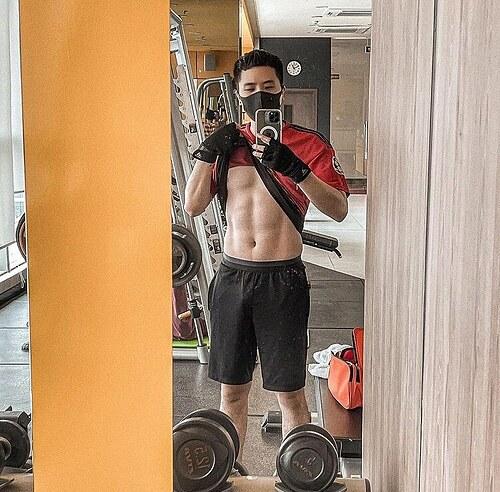 Trịnh Thăng Bình khoe cơ bụng có múi nhờ nỗ lực tập gym.