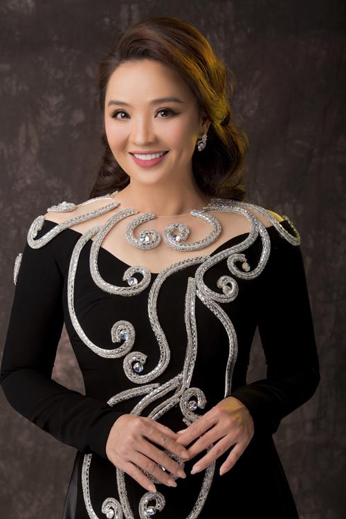 Họa tiết trên mỗi chiếc áo dài cũng được Minh Châu chú trọng. Anh đính kết đá thành những hoa văn dọc thân giúp mang đến sự mới mẻ, phù hợp xu hướng thời trang hiện đại.