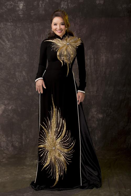 Hoài An thích thú khi diện áo dài họa tiết mặt trời cách điệu. Tấm áo dài đen còn được làm điệu với hàng ngọc trai đính nơi viền áo.