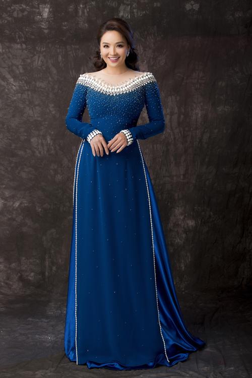 Hoài An vừa có dịp làm người mẫu cho các tà áo dài mới của Minh Châu. Đây là những thiết kế mà anh dành nhiều tâm huyết để mang đến vẻ sang trọng, quý phái cho các quý bà trong ngày trọng đại của con gái, con trai.