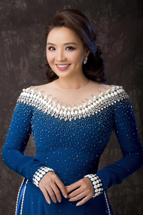 Những sắc màu xanh dương, đen, đỏ là lựa chọn mà Minh Châu gợi ý cho các bà sui năm 2021. Các sắc màu này không kén dáng, dễ sử dụng, đem đến hình ảnh người phụ nữ quyền lực, sang trọng. Chi tiết cách điệu giúp nâng giá trị thẩm mỹ của tà áo.