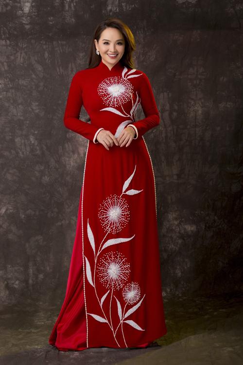 Từ phom dáng truyền thống, Minh Châu đã biến tấu tấm áo dài đỏ trở nên điệu đà hơn với họa tiết hoa bồ công anh.