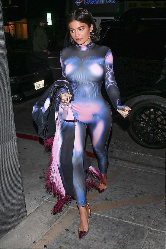 Kylie Jenner gây chú ý trên phố vào tối 29/3 trong bộ jumpsuit gây hiệu ứng thị giác.