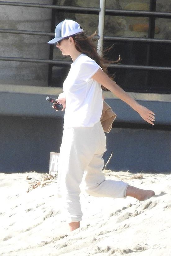 Bạn gái anh - nữ diễn viên Camila Morrone - cũng đang là gương mặt triển vọng của điện ảnh Hollywood. Người đẹp 9X mới xuất hiện trong vài bộ phim nhưng được đánh giá cao về khả năng diễn xuất. Camila là con của diễn viên người Argentina,  Lucila Solá và có bố dượng là ngôi sao phim Bố già Al Pacino.