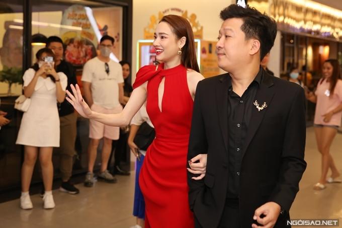 Tối 30/3, diễn viên - MC Trường Giang tháp tùng bà xã Nhã Phương đến sự kiện ra mắt phim điện ảnh Song song do cô đóng chính tại TP HCM.