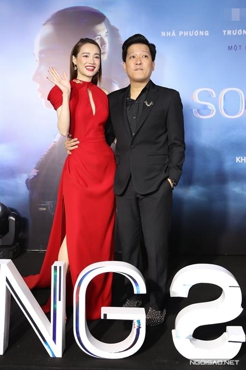 Trên sân khấu, Nhã Phương cảm ơn Trường Giang bởi nếu không có anh, cô không thể thuận lợi tham gia phim Song song.