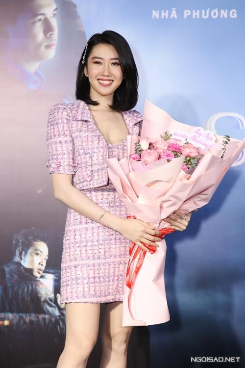 Diễn viên Thúy Ngân mang hoa tặng cô bạn thân Nhã Phương.